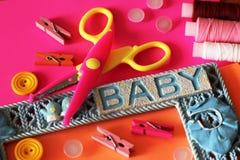形状的剪刀和按钮,工艺供应 装饰的剪刀 免版税图库摄影