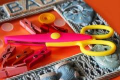 形状的剪刀和按钮,工艺供应 装饰的剪刀 库存照片
