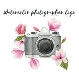 水彩与葡萄酒照片照相机和木兰的摄影师商标开花 在白色后面隔绝的手拉的春天例证 免版税库存图片