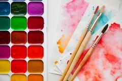 水彩油漆、刷子和纸调色板水colo的 库存图片
