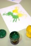 水彩油漆版本记录在child& x27的; 在纸的s手 免版税库存照片