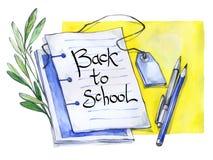 水彩笔记薄、笔,铅笔,花卉和文本 回到学校的书法词 葡萄酒教育背景 免版税库存图片