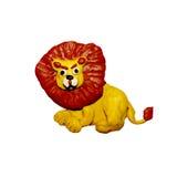 彩色塑泥小在白色隔绝的狮子雕塑 库存照片