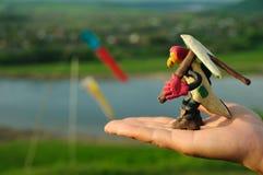 彩色塑泥悬挂式滑翔机准备好飞行员的形象从人离开 免版税库存图片