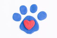 彩色塑泥爪子和心脏 库存图片