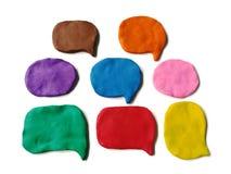 彩色塑泥黏土讲话泡影,五颜六色的抽象形状面团,白色背景 库存图片