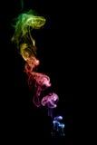 彩色烟幕在黑背景中,在蓝色、桃红色、红色、绿色和桔子 库存照片