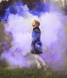 彩色烟幕的女孩 免版税库存照片