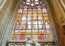 彩色玻璃在圣迈克尔和圣Gudula,布鲁塞尔,比利时大教堂里  库存照片