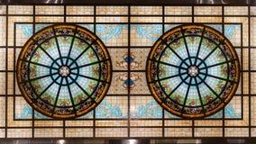 彩色玻璃天花板,五颜六色的玻璃窗大厦屋顶 图库摄影
