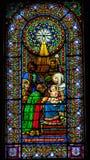 彩色玻璃魔术家三Baby耶稣玛丽蒙特塞拉特岛国王家牛与野牛的杂种牛 免版税库存图片