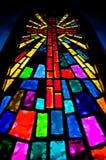 彩色玻璃十字架 免版税库存图片