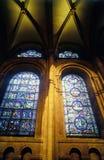彩色玻璃和曲拱 免版税库存图片