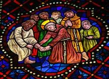 彩色玻璃在利昂,西班牙大教堂里  免版税库存照片
