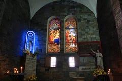 彩色玻璃在大教堂里 库存照片