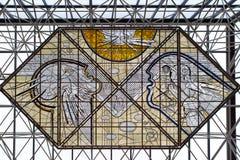 彩色玻璃在机场Keflavik燃料中央大厅里  免版税库存图片