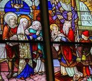 彩色玻璃在梅赫伦大教堂-在寺庙的介绍里 免版税库存照片