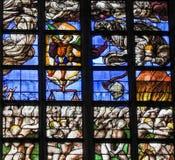 彩色玻璃-前评断在布鲁塞尔大教堂里 库存照片