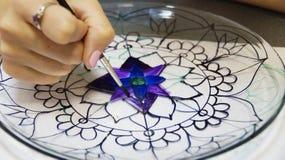 彩色玻璃绘画的过程 免版税库存图片