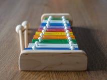 彩虹上色了在木背景角度图的木琴 阶 免版税库存图片
