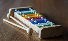 彩虹上色了在木背景角度图的木琴 阶 免版税图库摄影