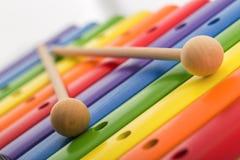 彩虹上色了木玩具木琴反对白色背景 免版税库存图片