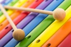 彩虹上色了木玩具木琴纹理反对白色backg 免版税库存照片