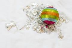 彩虹与圣诞节链子的圣诞节球在一白色backgroun 库存图片