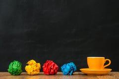 彩虹与橙色陶瓷杯子的样式概念 免版税库存图片