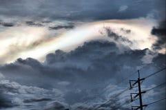 彩虹云彩和一根电线和杆 免版税库存照片