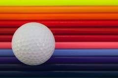 彩虹五颜六色的铅笔和高尔夫球细节在书桌上 库存照片