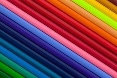 彩虹五颜六色的铅笔细节在书桌上的 免版税库存照片