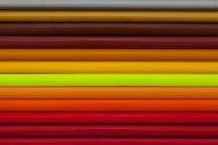 彩虹五颜六色的铅笔细节在书桌上的 库存照片
