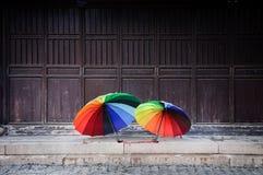 彩虹伞在老镇苏州,中国 库存照片