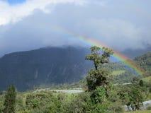 彩虹到在山的云彩里 免版税库存照片