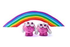 彩虹和两只彩色塑泥绵羊 库存照片