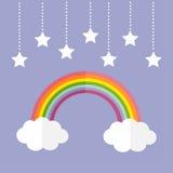彩虹和两朵白色云彩 垂悬在破折号线绳索的五颜六色的星 库存照片