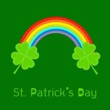 彩虹和两片三叶草叶子。St Patricks天卡片。平的设计。 图库摄影