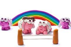 彩虹和四只彩色塑泥绵羊 免版税库存图片