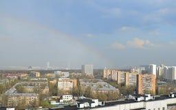 彩虹和屋顶城市 免版税库存照片