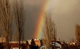 彩虹和秋天天空在城市上 库存照片