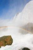 彩虹在与彩虹的尼亚加拉瀑布美国边在薄雾 免版税库存照片