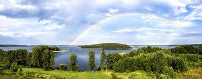 彩虹在湖的夏天在白俄罗斯 免版税库存图片