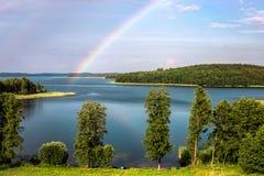 彩虹在湖的夏天在白俄罗斯 免版税库存照片