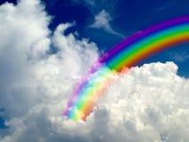 彩虹在白色云彩蓝天背景中 库存照片