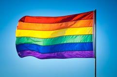彩虹在蓝天背景,迈阿密海滩的同性恋自豪日旗子 库存照片