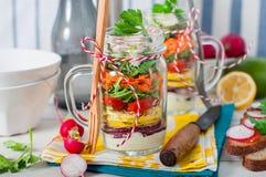 彩虹在金属螺盖玻璃瓶的野餐沙拉 免版税库存图片