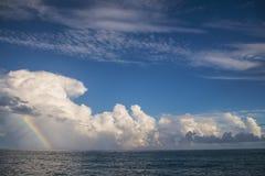 彩虹在离考艾岛的附近,夏威夷海岸  库存照片