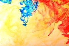 彩虹墨水在水中 库存图片