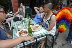 彩虹天使飞过吃饭的客人格林尼治村NYC 免版税库存图片